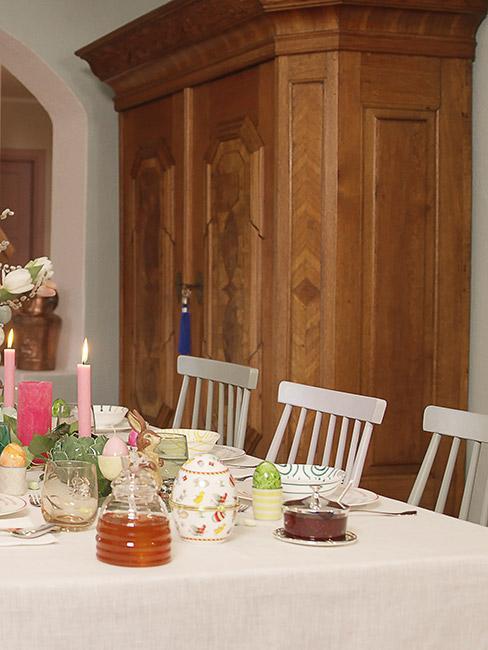 biedermeier: jadalnia z białymi krzesłami i stołem przykrytym białym obrusem, w tle ściana wyłożona drewnem