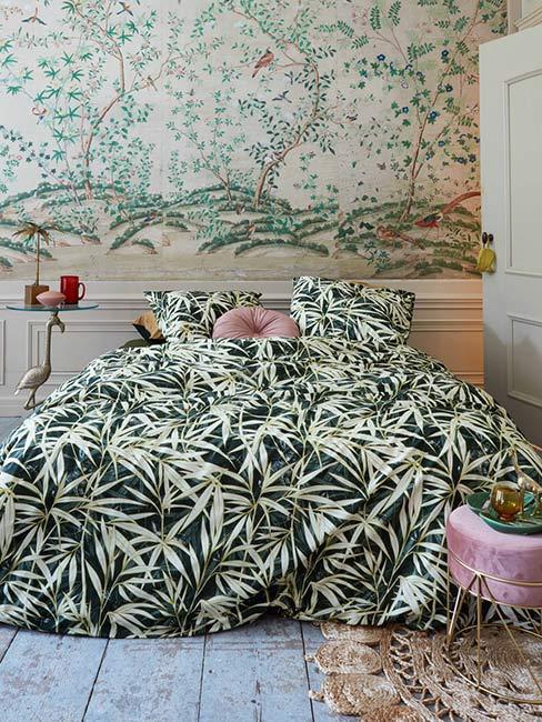 tropikalna sypialnia z roślinna tapetą i lamperią na ścianie