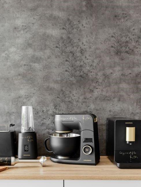 szara ściana z tynkiem dekoracyjnym w kuchni z czarnymi akcesoriami