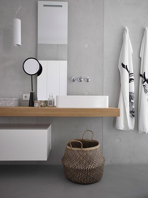 nowoczesna łazienka z betonową ścianą z tynkiem dekoracyjnym w szarym kolorze