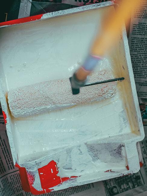wałek do malowania zanurzony w farbie
