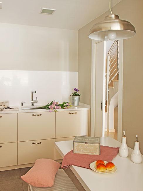 jasna kuchnia w odcieniach beżu z różowymi dodatkami