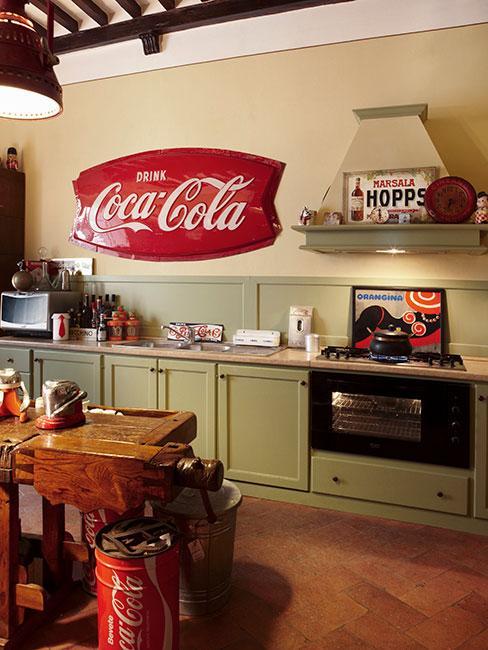 oliwkowa kuchnia w stylu industrialnymi z drewnianym stołem