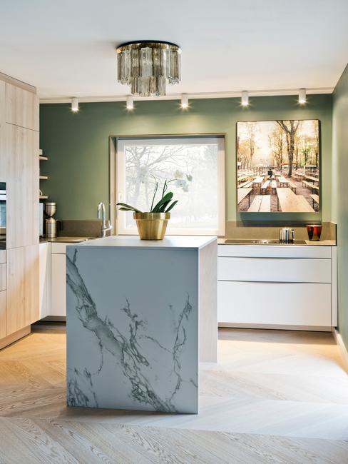 marmurowa wyspa w białej kuchni w stylu glamour z punktowym oświetleniem