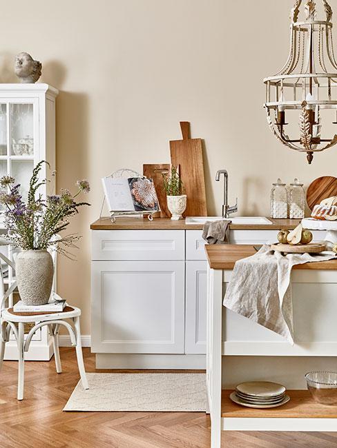 biała kuchnia w stylu prowansaslkim z drewnianymi blatami