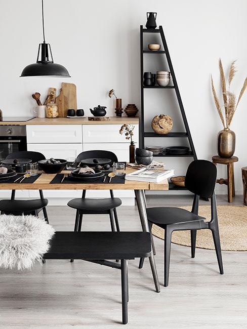nowoczesna jadalnia z czarnymi krzesłami