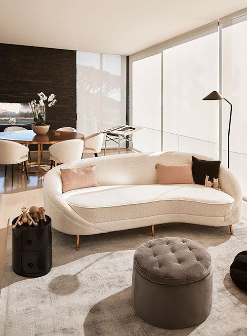 modern classic: salon z białą sofą i różowymi poduszkami dekoracyjnymi, dodatki w kolorach beżu