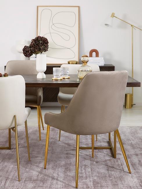 Krzesła w beżowych odcieniach ze złotymi nózkami