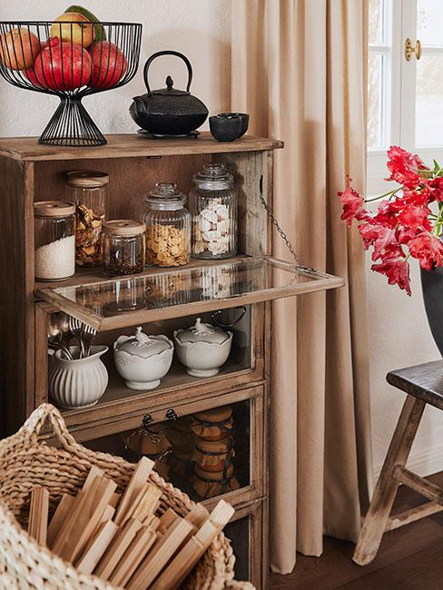 drewniana szafka na przyprawy i makaron w rustykalnym wnętrzu