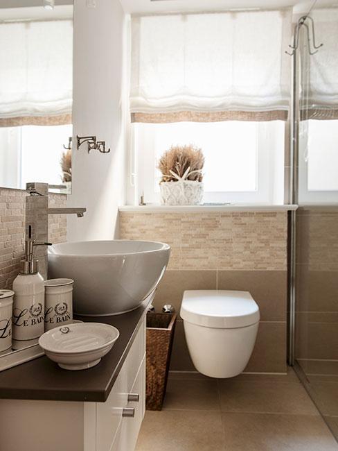 beżowa łazienka w stylu famhouse z ceramicznymi pojemnikami