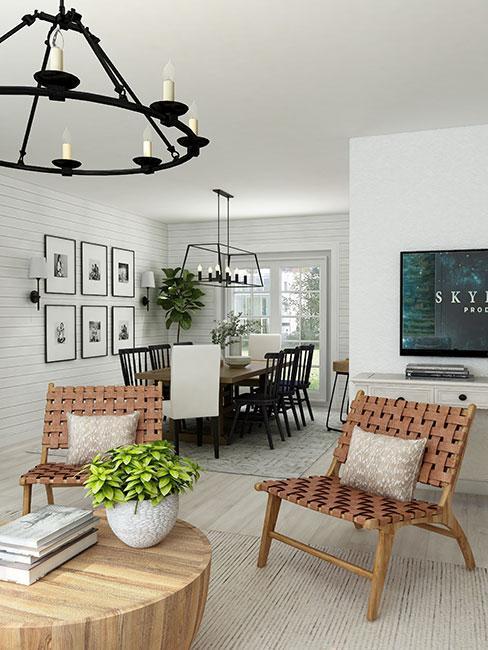 fotele z wilkiny w salonie w stylu farmhouse z jadalnią z krzesłami z ciemnego drewna