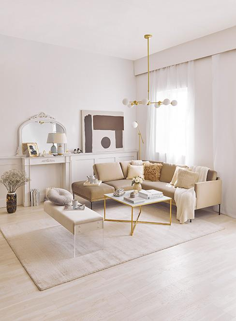 beżowy salon w stylu francuskim ze złotymi dodatkami