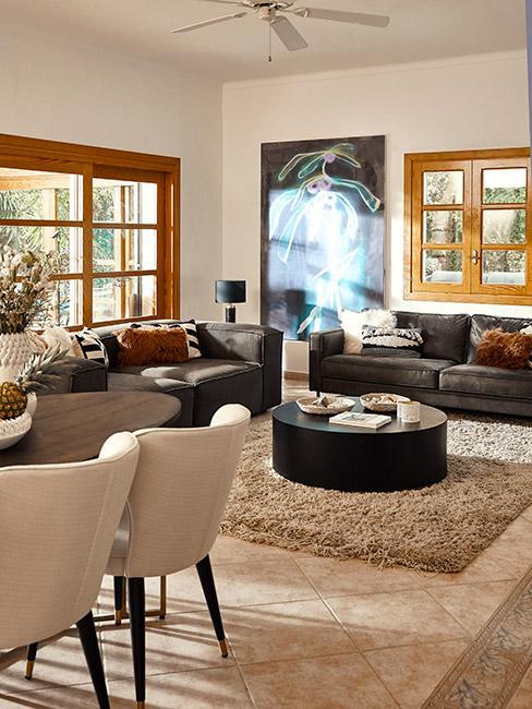 klasyczny salon w stylu modern classic ze skórzaną sofą i beżowymi krzesłami