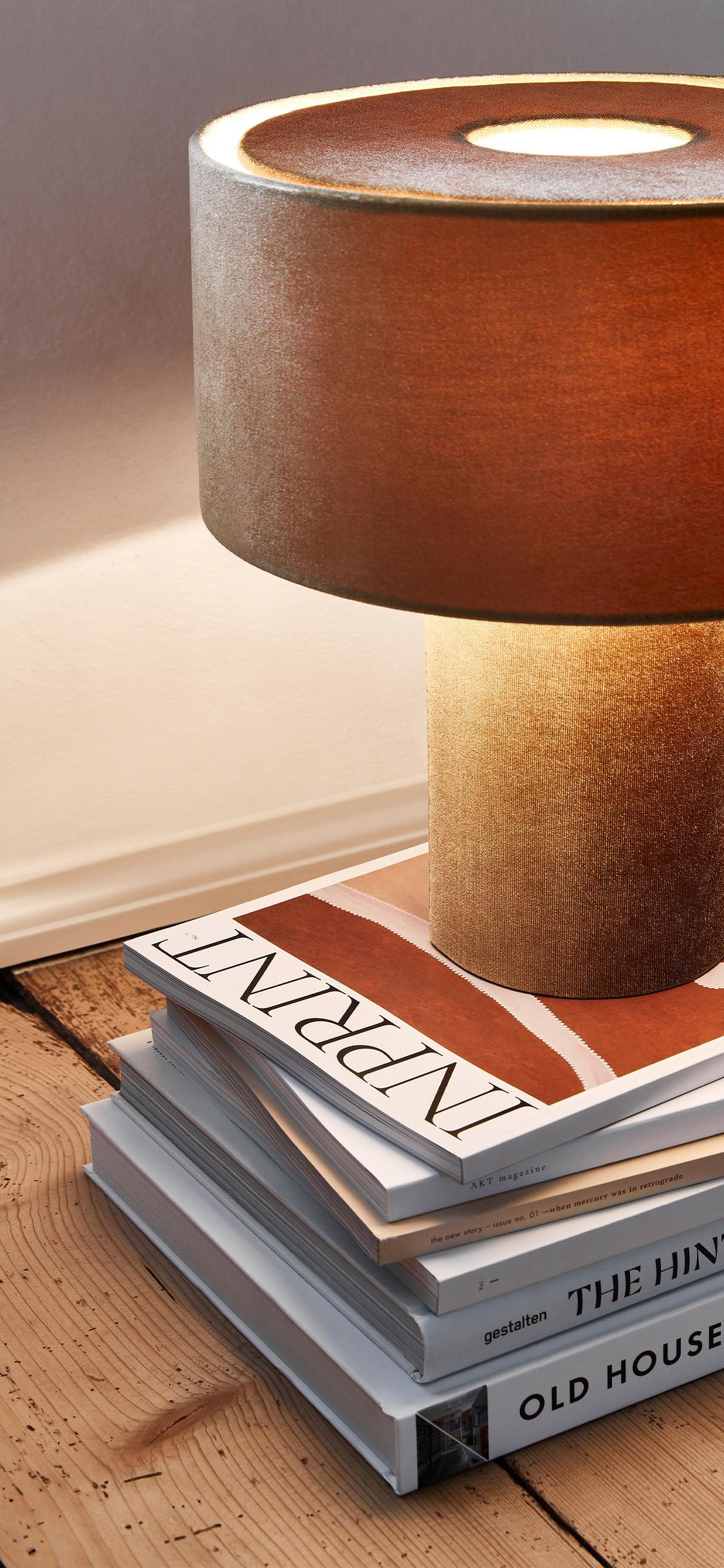 nocna lampka z aksamitu w ciepłym kolorze na podłodze