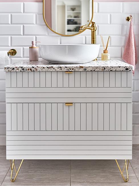 łazienka w stylu glamour z białą komodą na złotych nóżkach i złotą armaturą