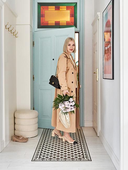 Blogerka shiny syl wchodząca do jasnego mieszkania w kamienicy