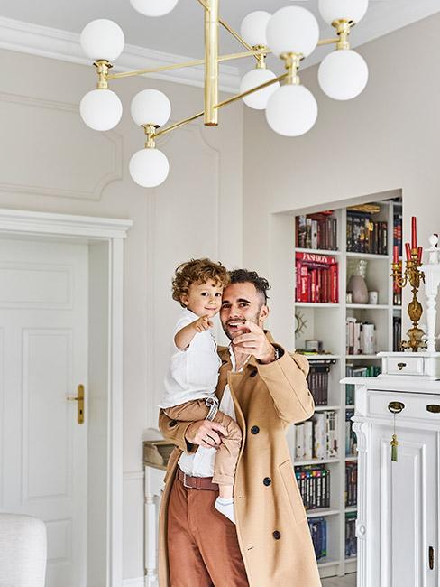 mężczyzna z dzieckiem w stylowym jasnym salonie w stylu francuskim