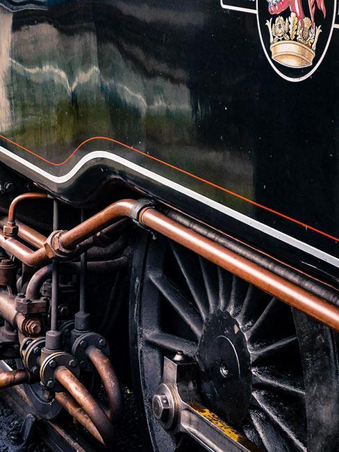 zbliżenie na staroświecką lokomotywę w ciemnym zielonym kolorze