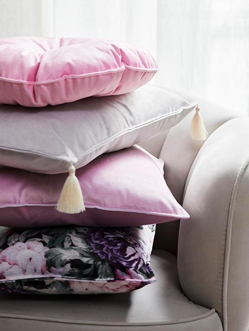 Poduszki dekoracyjne w kolorach różowym i szarym oraz w kwiatowy wzrór