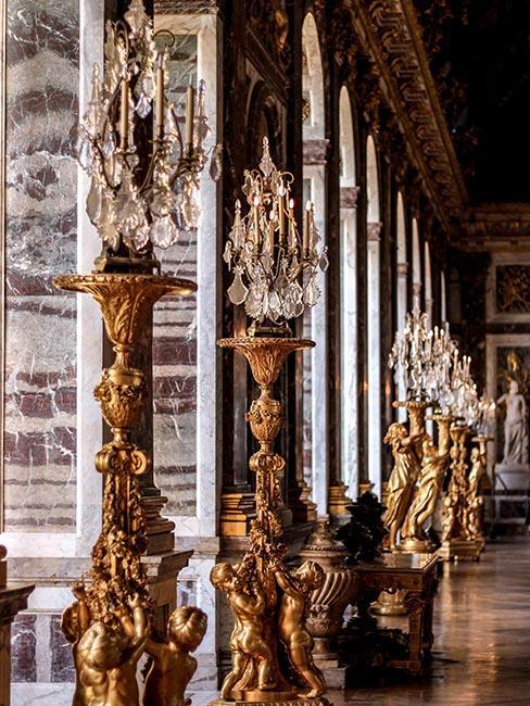 Bogata zdobione dekoracje w stylu rokoko, przypominające duże świeczniki z kryształowym wykończeniem
