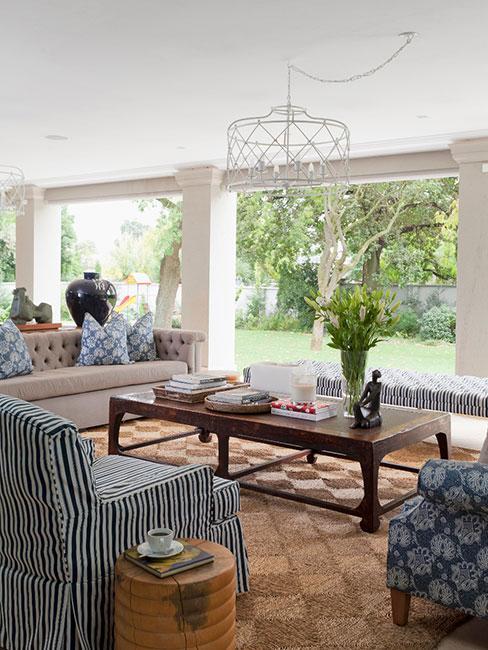 zadaszony taras z tapicerowanymi sofami w stylu hampton