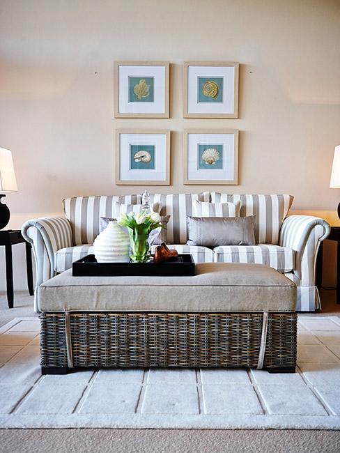 Salon w marynistycznym stylu z sofą w paski