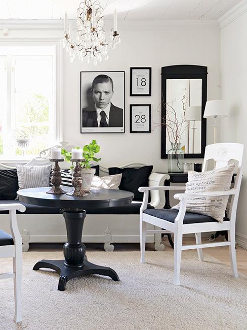 klasyczny salon z drewnianymi i lnianymi meblami w czerni i bieli