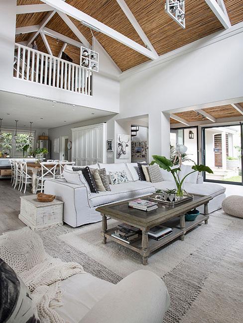 salon w lofcie z białą sofą i drewnianymi meblami w stylu hamptons