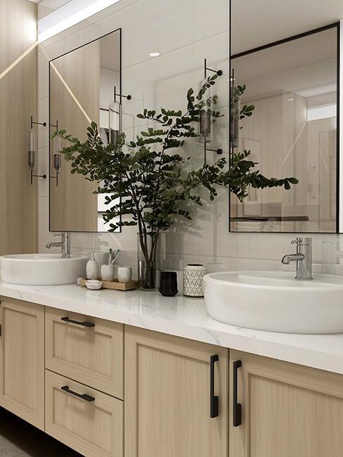 klasyczna łazienka w beżowym kolorze z drewnianymi szafkami