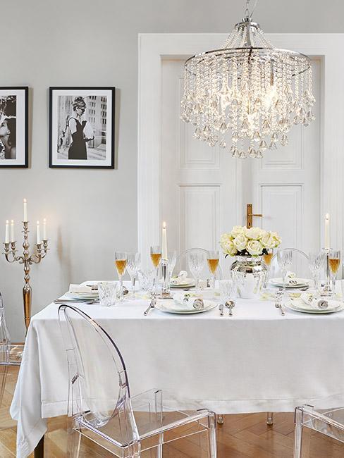 elegancki stół z elemntami barokowymi