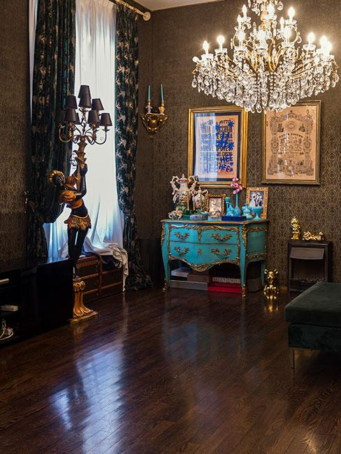 Ciemny pokój z meblami i dekoracjami w stylu barokowym