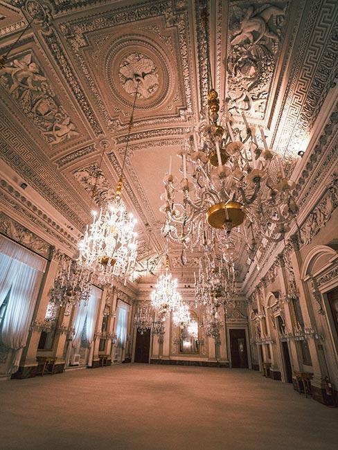 sala balowa w pałacu z żyrandolem w stylu rokoko