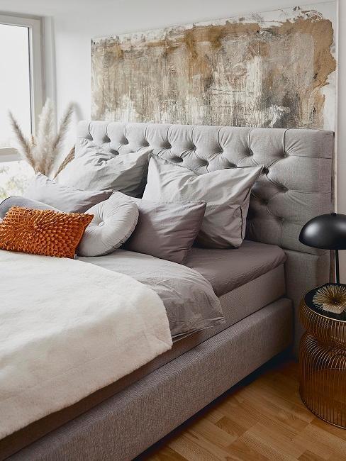 Duże łóżko tapicerowane w kolorze szarym