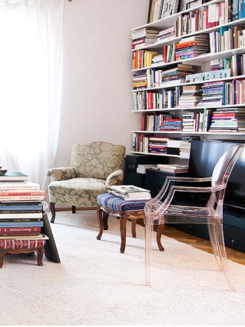Salon z regałem z książkami