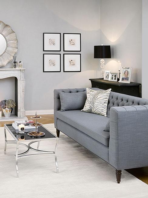 Salon w stylu transitional z sofą i mały stolikiem kawowym