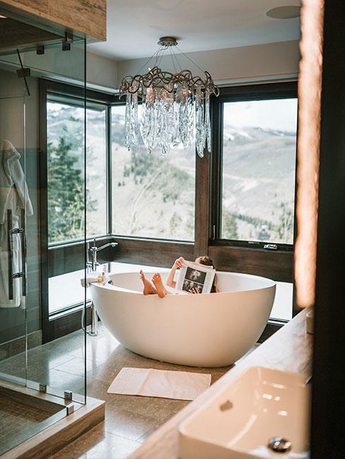 Łazienka w stylu transitional z wolnostojącą wanną