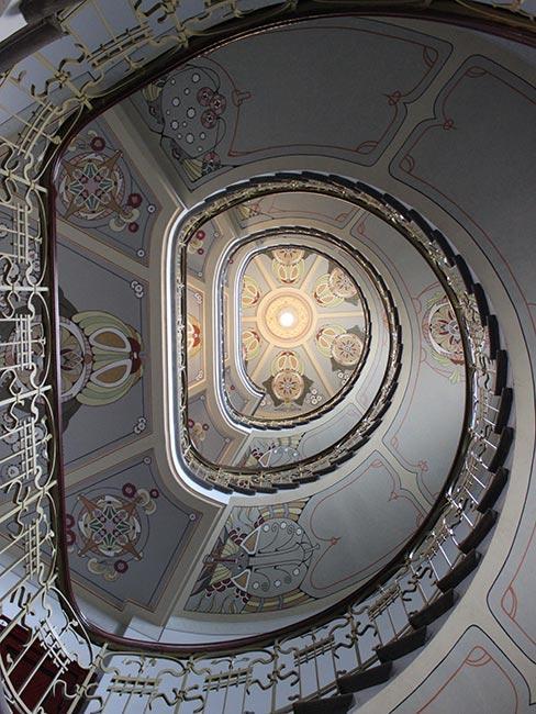 schody w kształcie spirali w stylu art nouveau