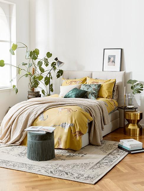 Sypialnia z motywem tropikalnym w kolorze żółtym i zielonym w stylu art nouveau