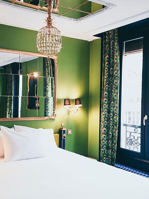 zielona sypialnia w stylu art nouveau z zasłoną z wzorem pawich piór