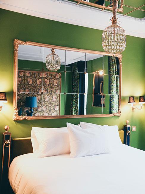 zielona sypialnia w stylu art nouveau z tapetą z wzorem williama morrisa