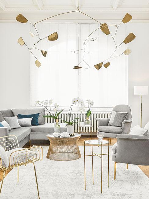 Jasny salon ze złotą lampą w stylu art nouveau