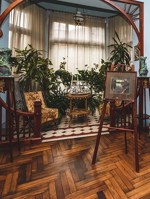 Salon w drewnie z żywymi roślinami