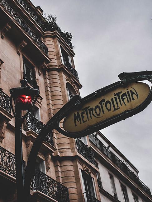 brama wejściowa do paryskiego metra w stylu art nouveau