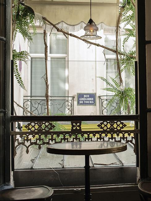 Widok przez oknow w Paryżu w stylu secesyjnym