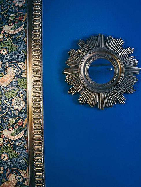 tapeta ze wzorem williama morrisa na niebieskiej ścianie obok lustra słońce