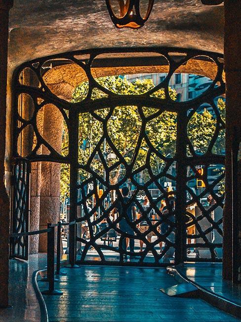 Brama wejśiowa z metalu w wijące wzory w stylu art nouveau