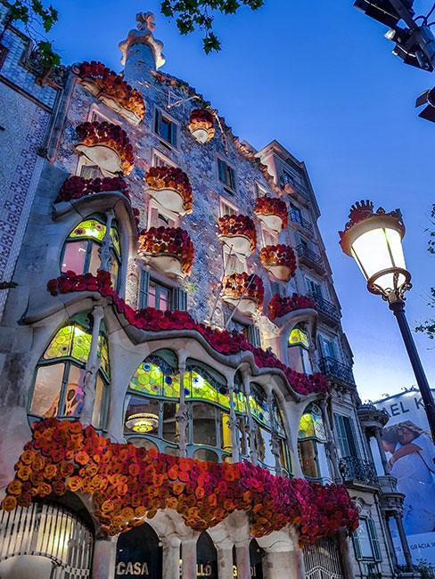 barcelońska kamienica zaprojektowana przez Gaudiego w stylu art nouveau