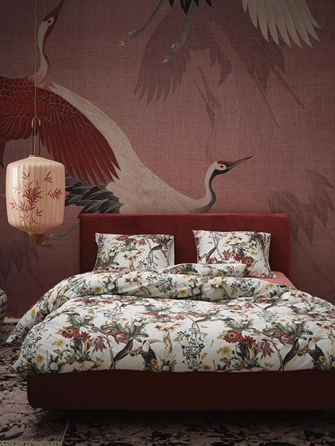 Sypialnia z fototapetą z japońskim motywem żurawia