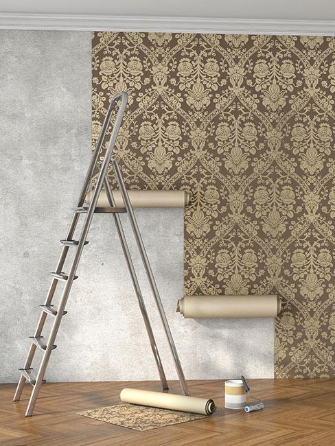 naklejanie tapety z dużym złotym wzorem