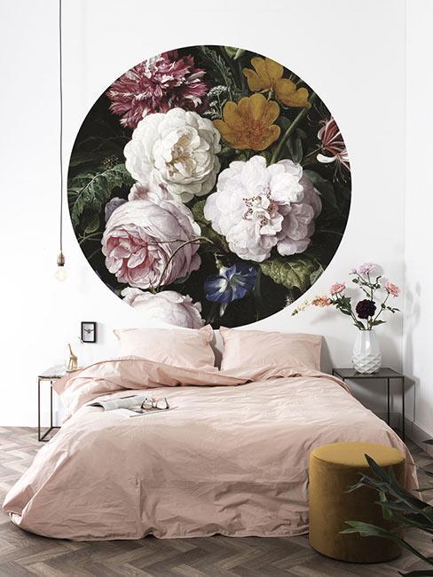 Romantyczna sypialnia z różową pościelą i dużą ciemną fototapetą w holenderskie kwiaty